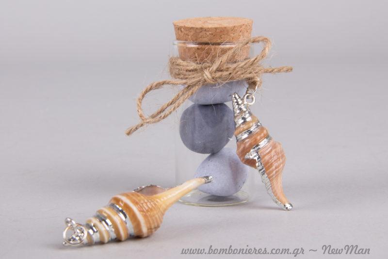 Μίνιμαλ θαλασσινή μπομπονιέρα σε γυάλινο σωλήνα για τον καλοκαιρινό γάμο σας.