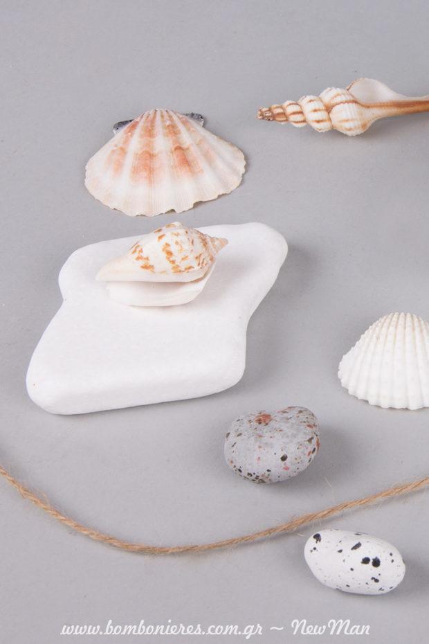 Λευκή πέτρα-βότσαλο και κοχυλάκια (δίχτυ Άμπακα 500gr) για την μπομπονιέρα ή τη διακόσμηση του γάμου σας.