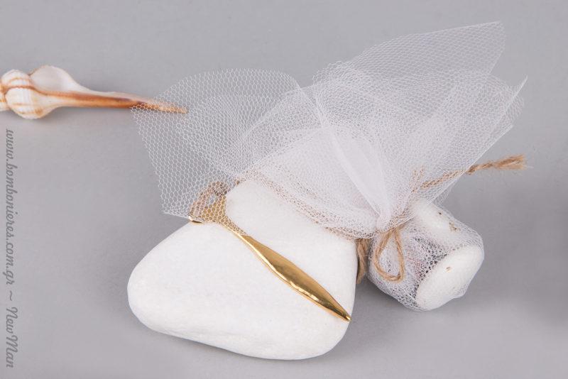 Μπομπονιέρα σε πέτρα-βότσαλο (λευκό), διακοσμημένο με λεπτό ψαράκι σε χρυσαφένια απόχρωση (15 x 67mm).