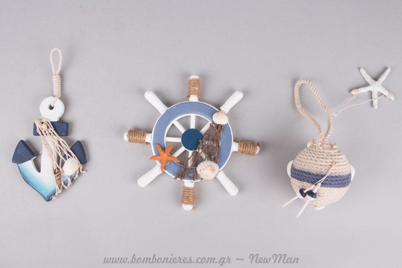Διακοσμητικά σε μπλε ναυτικές αποχρώσεις και ύφος (ξύλινη άγκυρα, τιμονιέρα και μπάλα από σχοινί) για το στολισμό του γάμου ή της βάπτισης.