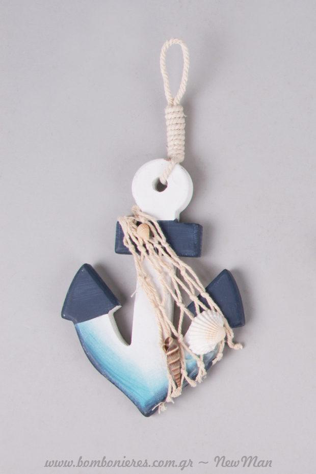 Κρεμαστή ξύλινη άγκυρα με δίχτυ και κοχυλάκια σε ναυτικό στυλ για τη διακόσμηση του γάμου ή της βάπτισης.