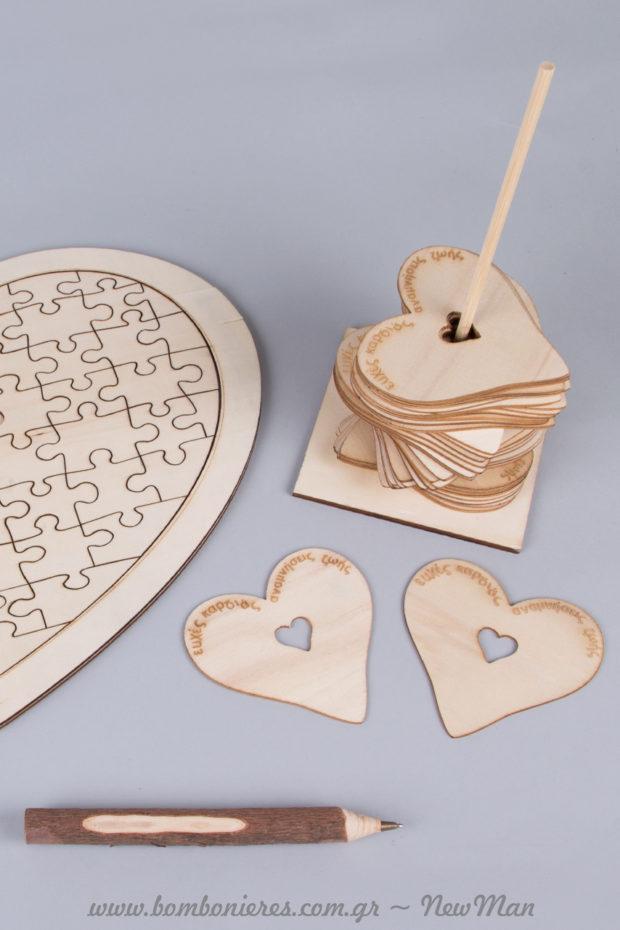 Ξύλινο ευχολόγιο σε σχήμα καρδιάς με κομμάτια παζλ και ξύλινες καρδιές (ευχολόγιο με βάση) για τις ευχές των καλεσμένων σας.