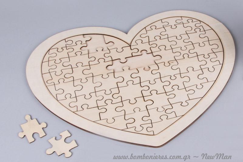 Τα κομμάτια του παζλ βγαίνουν και μπαίνουν πανεύκολα διευκολύνοντας τους καλεσμένους σας να «παίξουν» με τις ευχές τους.