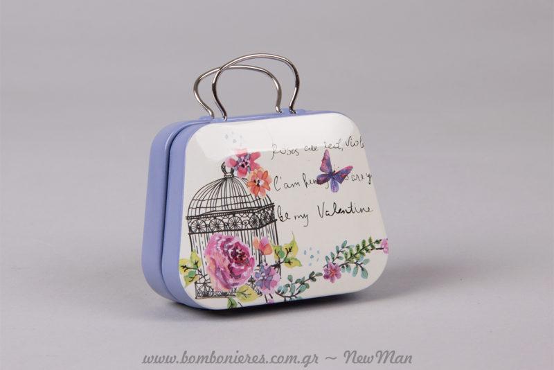 Μεταλλικό βαλιτσάκι στο χρώμα της λεβάντας με λουλούδια, πεταλούδες και κλουβάκι (70 x 30 x 70mm).