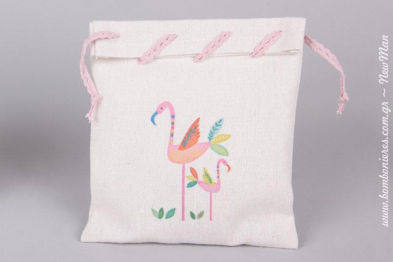 Μπομπονιέρα σε λινό εκρού πουγκί με σχέδιο Φλαμίνγκο, διακοσμημένο με ροζ φυτίλι δαντελέ για την μπομπονιέρα της βάπτισης.