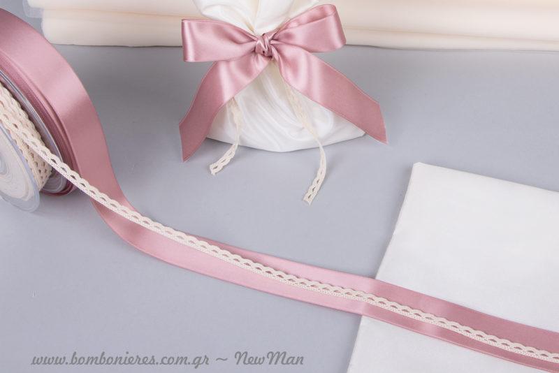 Κορδέλα σατέν σε παλιό ροζ και δαντελένιο φυτίλι σε εκρού απόχρωση για τη διακόσμηση της μπομπονιέρας σε πουγκάκι από ταφτά.