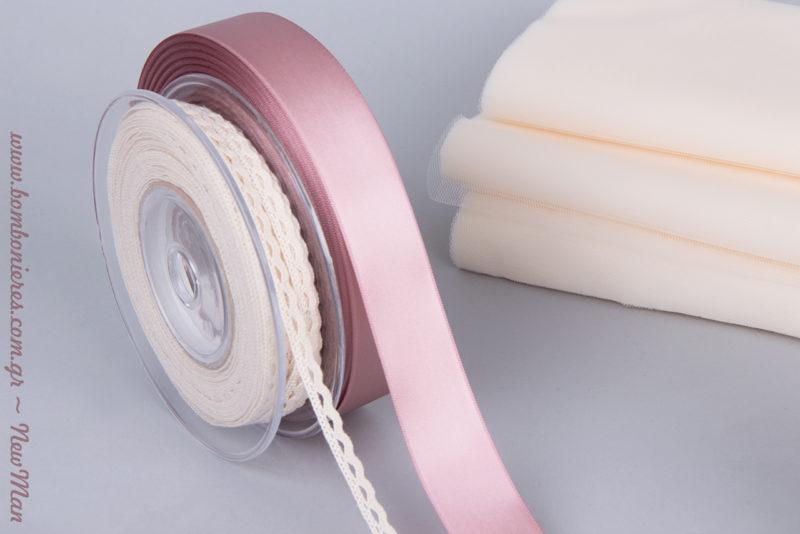 Σατέν κορδέλα σε παλιό ροζ, δαντελένιο φυτίλι και γαλλικό τούλι σε ανοιχτές αποχρώσεις είναι μερικά από τα υλικά που θα χρειαστείτε.