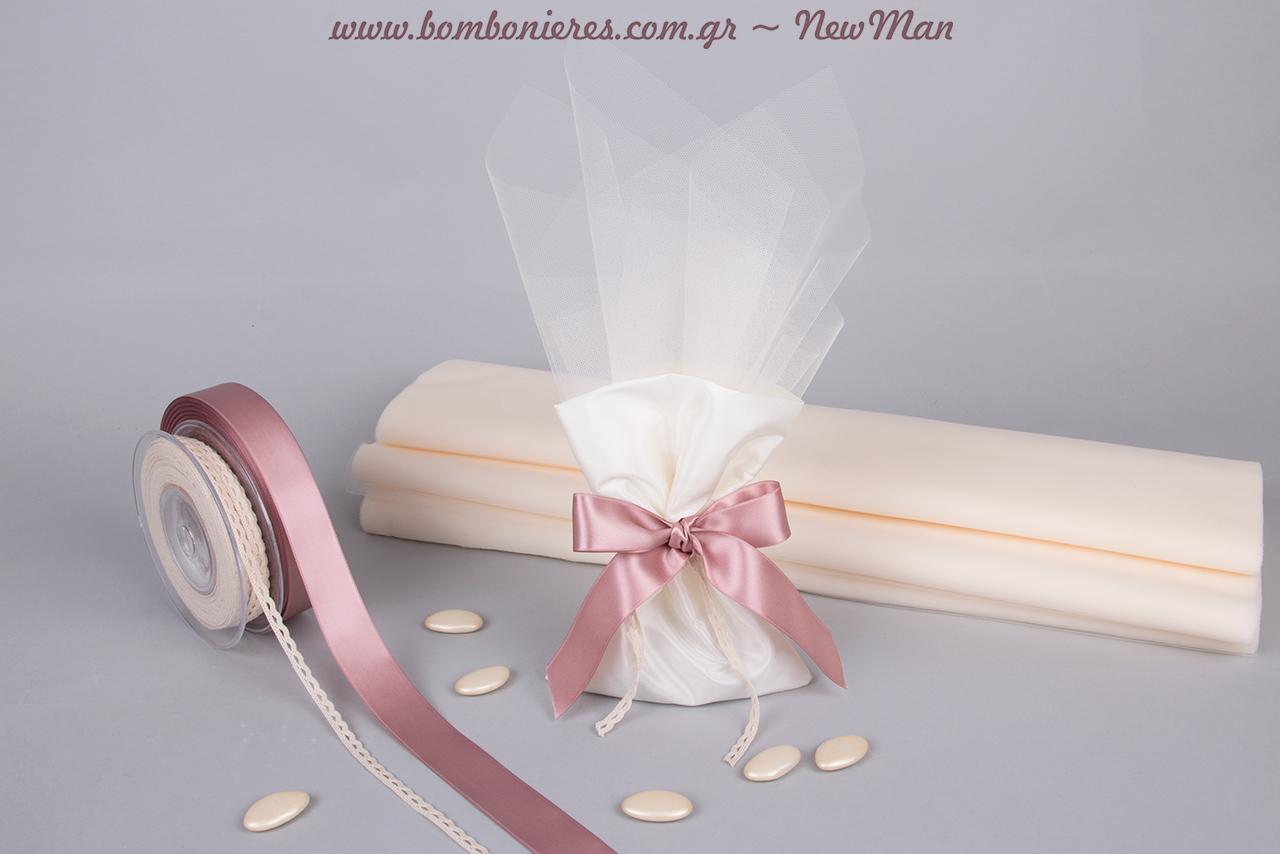Ρομαντική μπομπονιέρα σε πουγκάκι από ταφτά, διακοσμημένο με σατέν κορδέλα, δαντελένιο φυτίλι και γαλλικό τούλι σε ανοιχτές αποχρώσεις.