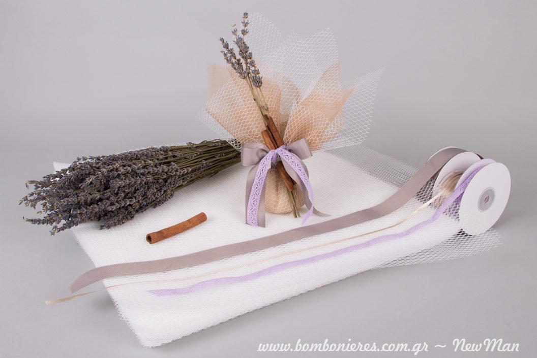 Ρομαντική μπομπονιέρα με άρωμα λεβάντας και κανέλας, διακοσμημένη με αποξηραμένα φυτά, δαντελοκορδέλα, τούλι δίχτυ και σατέν φινίρισμα.