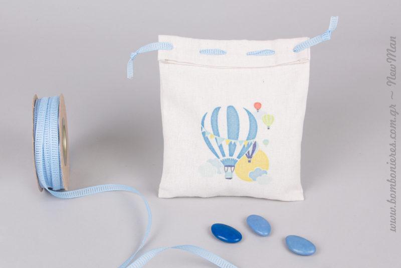 Λινό πουγκί με σχέδιο Αερόστατα (14 x 18cm). Διατίθεται σε συσκευασία των 10 τεμαχίων και συνδυάζεται αρμονικά με κορδέλα φιλντιρέ σε σιέλ απόχρωση.
