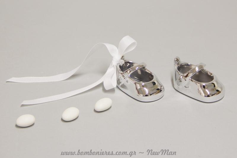 Πορσελάνινα διακοσμητικά παπουτσάκια, διακοσμημένα με κορδέλα γκρο για την μπομπονιέρα της βάπτισης (αγόρι & κορίτσι).
