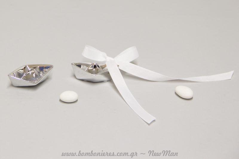 Καραβάκι από πορσελάνη σε ασημένια απόχρωση για την μπομπονιέρα του γάμου ή της βάπτισης.