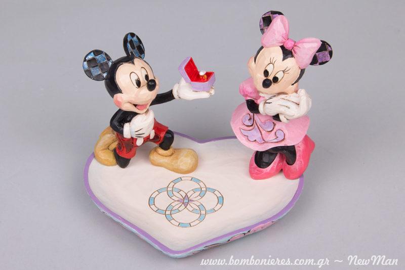 O Μίκυ κάνει πρόταση γάμου στη Μίνι προσφέροντάς της το κλασικό μονόπετρο (διακοσμητικό της Disney Traditions).