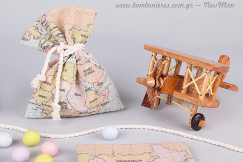 Μπομπονιέρα σε υφασμάτινο πουγκί (θέμα: Υδρόγειος) και διακόσμηση με ξύλινα ρετρό αεροπλανάκια.