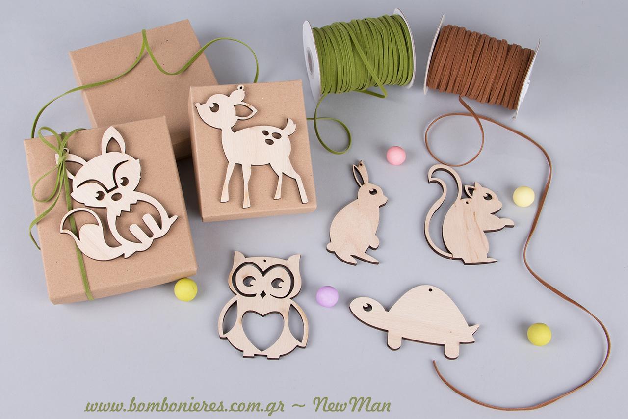 Τα υλικά που θα χρειαστείτε για τη δημιουργία της: χάρτινα κουτάκια, ζωάκια (ξύλο), κορδόνι suede και φυσικά κουφέτα Χατζηγιαννάκης Crispy (πολύχρωμα).