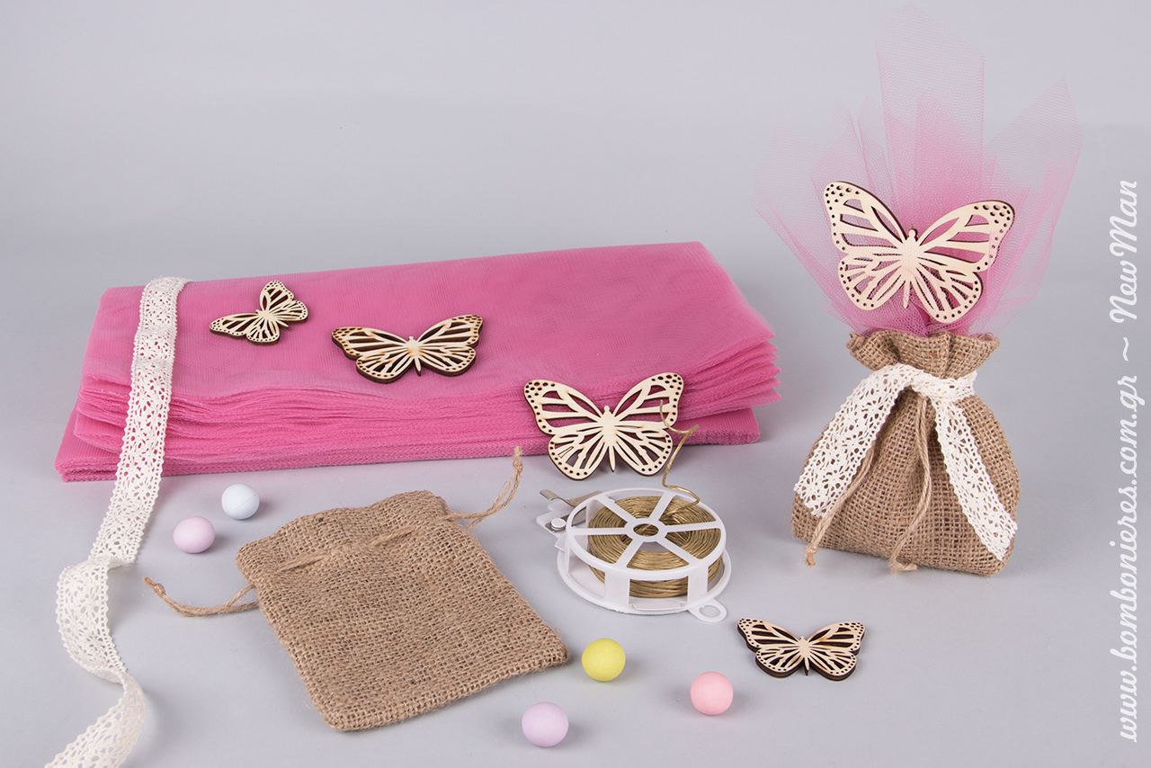 Κοριτσίστικη μπομπονιέρα βάπτισης σε πουγκί από λινάτσα, διακοσμημένο με ξύλινες πεταλούδες, τούλι ελληνικό και παραδοσιακή δαντέλα.