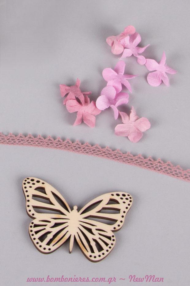 Ροδοπέταλα, δαντελοκορδέλα (παλιό ροζ) και ξύλινες πεταλούδες είναι μερικά από τα υλικά που θα χρειαστείτε για τη δημιουργία της.