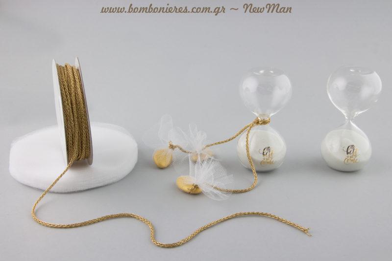 Τhe Best is Yet to Come: μπομπονιέρα-κλεψύδρα σε χρυσαφένιες αποχρώσεις.
