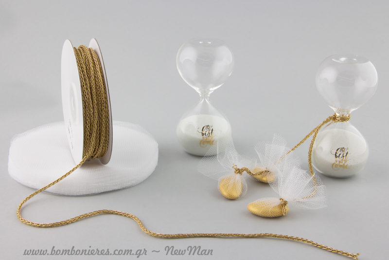 Μια συμβολική μπομπονιέρα σε γυάλινη κλεψύδρα που θα αποτελέσει ένα υπέροχο ενθύμιο του γάμου σας.