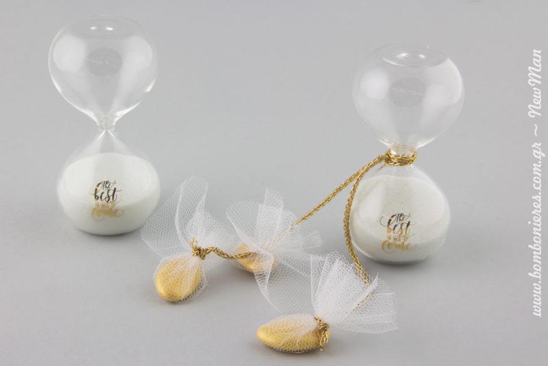 Τα κουφέτα Χατζηγιαννάκης Bijoux Supreme σε χρυσαφένια απόχρωση, ενσωματώνονται μεμονωμένα στο σώμα της μπομπονιέρας.
