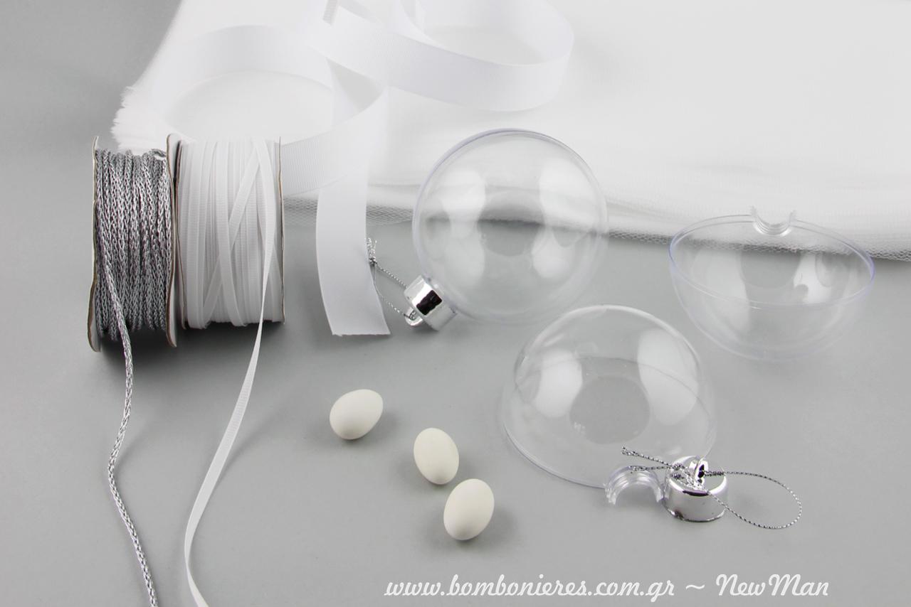 Κρεμαστές διάφανες μπάλες που ανοίγουν στη μέση, μεταλλικό κορδόνι (ασημί), τούλι και κορδέλα Gros: τα υλικά που θα χρειαστείτε για τη δημιουργία της.