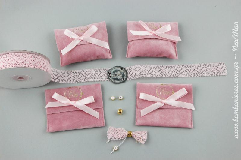 Μπομπονιέρα βάπτισης σε ροζ σουέτ ποσέτα, διακοσμημένη με φιογκάκι και με το όνομα του παιδιού σας (στη συγκεκριμένη περίπτωση της μικρής Εύας).