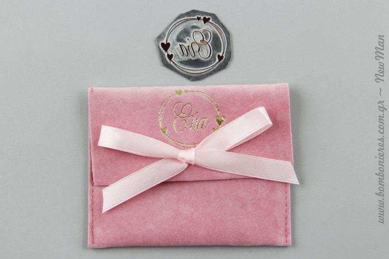 Η μικρή Εύα βαφτίστηκε πρόσφατα και η μπομπονιέρα της σε ροζ σουέτ ποσέτα αποτέλεσε ένα υπέροχο ενθύμιο του μυστηρίου.
