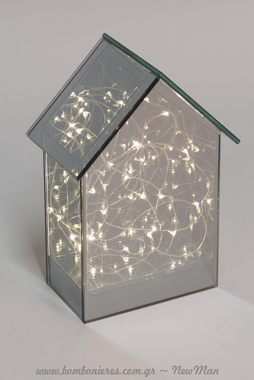 Σπιτάκι από γυαλί (20cm) που διαθέτει εσωτερικά φως Led που λειτουργεί με μπαταρίες.