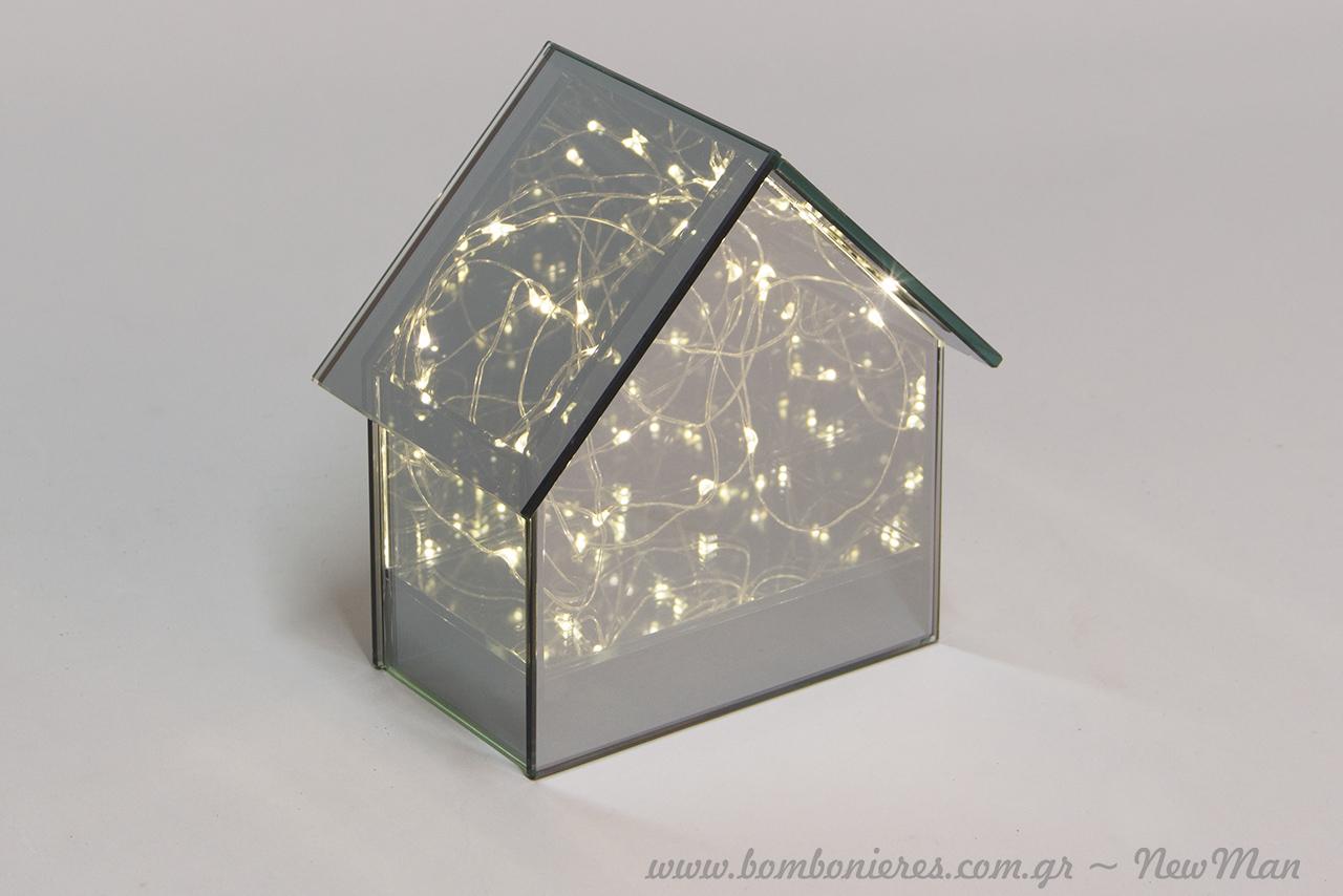Γυάλινο σπιτάκι (14cm) με φως Led για να «φτιάξετε» ατμόσφαιρα εύκολα και κυρίως σε μίνιμαλ κομψούς τόνους.