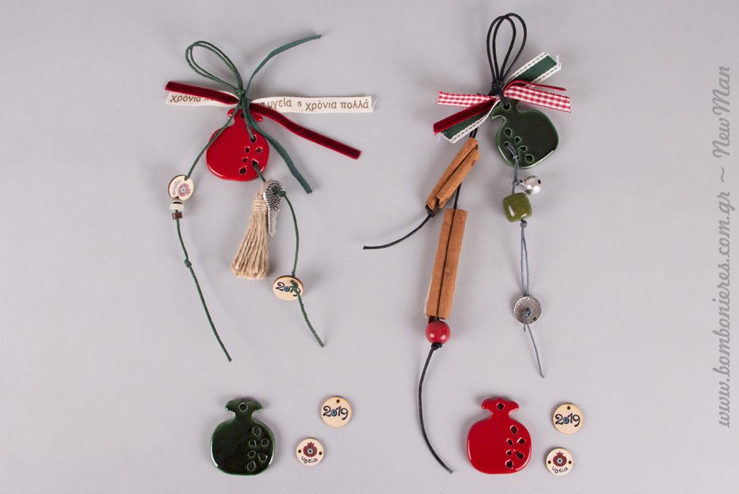 Γούρια με κεραμικά ρόδια σε δυο υπέροχες εκδοχές για τα συμβολικά δωράκια τις μέρες των Γιορτών.