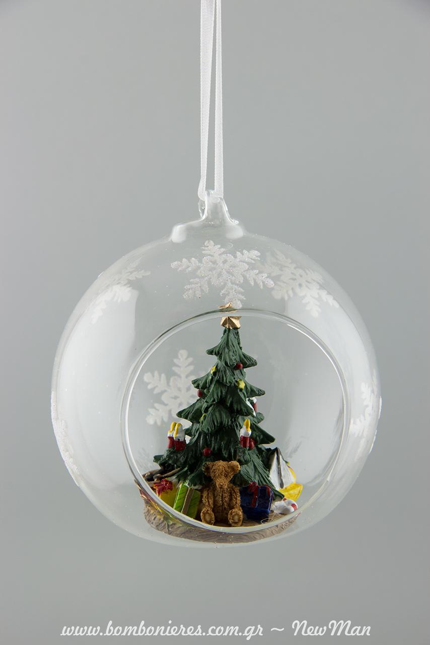 564360 Γυάλινη χριστουγεννιάτικη μπάλα ανοιχτή με στολισμένο δεντράκι που έχει ακόμα και δωράκια στη βάση του (φ. 9cm).