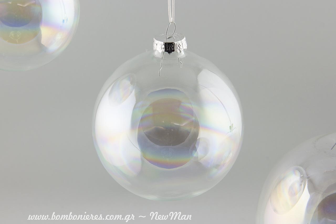 Ιριδισμοί, μαγεία και παραμύθι για μια χριστουγεννιάτικη διακόσμηση χωρίς υπερβολές.