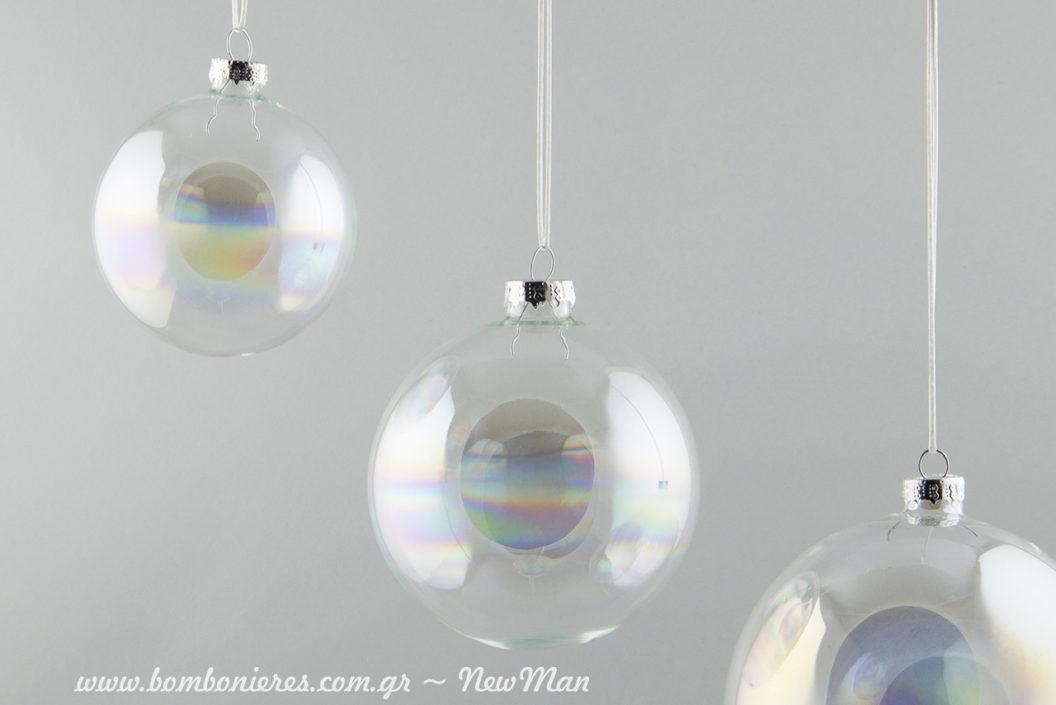 Γυάλινες ιριδίζουσες μπάλες για να μεταμορφώσετε το χριστουγεννιάτικο δέντρο σύμφωνα με τις τελευταίες τάσεις της μόδας.