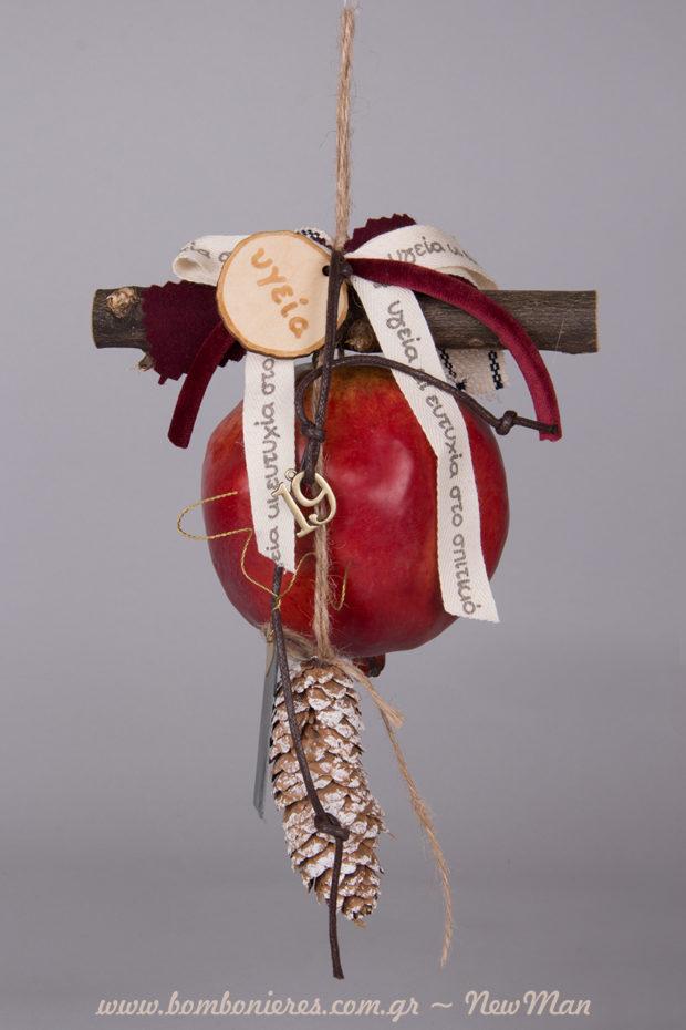 Κρεμαστό γούρι-ρόδι (11cm) με κουκουνάρι, μεταλλικό μοτίφ 19, κορδέλες γεμάτες ευχές και κλαδί για τη χριστουγεννιάτικη διακόσμηση.
