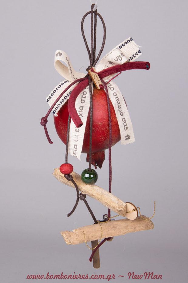 Κρεμαστό γούρι-ρόδι (7cm) με χάντρες, κομμάτια ξύλου, κορδέλες με ευχές και ξύλινο καρτελάκι 2019.