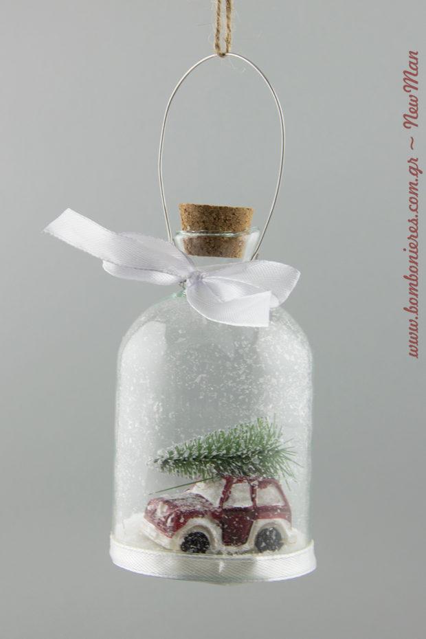 564358 Κρεμαστό χριστουγεννιάτικο μπουκάλι με κόκκινο αμαξάκι που μεταφέρει χριστουγεννιάτικο δέντρο (φ. 6cm x 11cm).