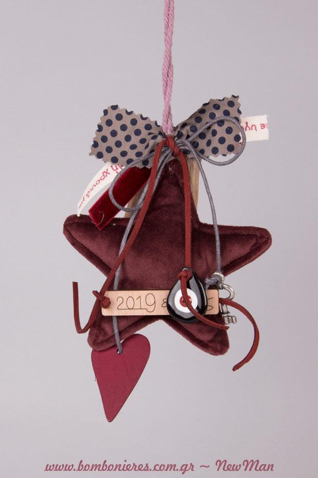 Βελούδινο αστέρι- γούρι διακοσμημένο με κορδέλες, κορδόνια, ματάκι-σταγόνα, μεταλλικό κλειδάκι, καρδούλα κι ετικέτα 2019.