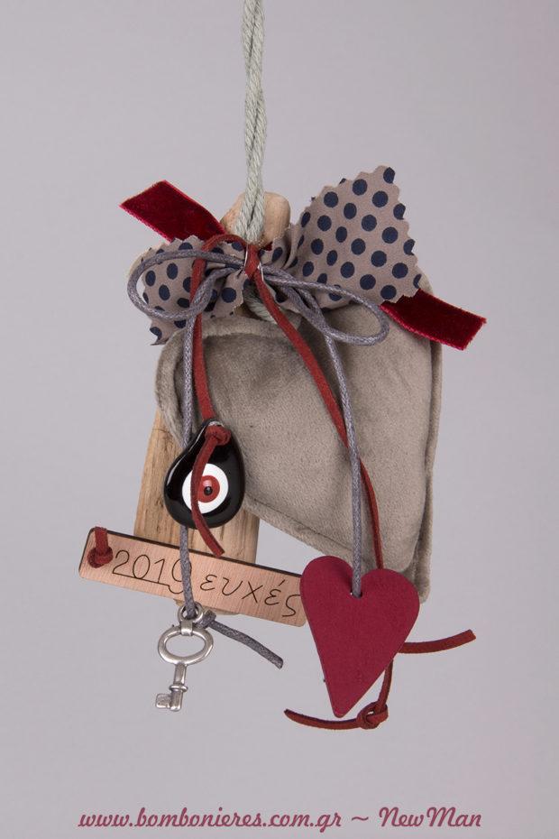 2019 ευχές σε βελούδινο γούρι (καρδιά) για τα συμβολικά δωράκια των γιορτών.