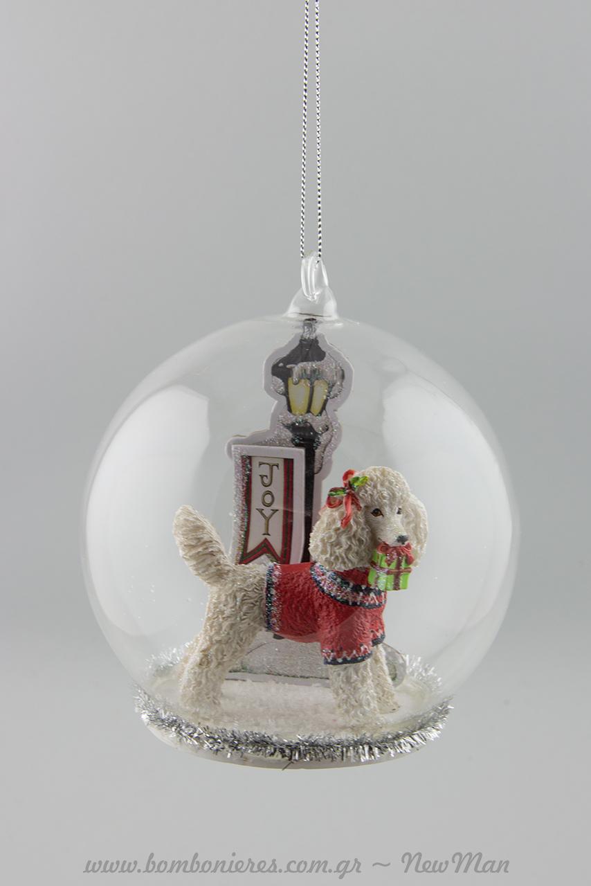 380582 Γυάλινη μπάλα με yorkshire terrier (12cm) ντυμένο με τα καλά του χριστουγεννιάτικα ρούχα που κουβαλάει στο στόμα δώρο.