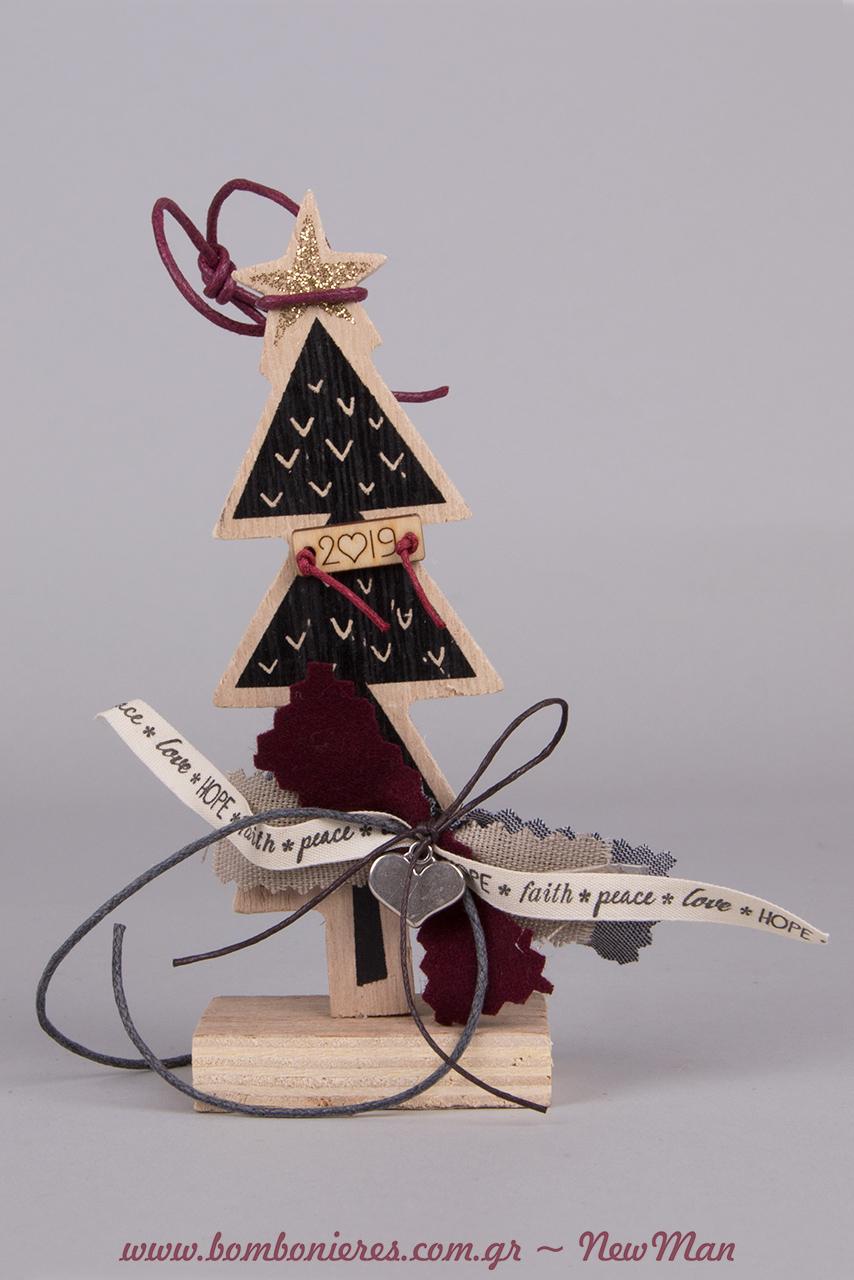 Ξύλινο γούρι-χριστουγεννιάτικο δεντράκι (13cm) με εφέ μαυροπίνακα και κορδέλες γεμάτες αγαπησιάρικες ευχές: hope, faith, peace, love.