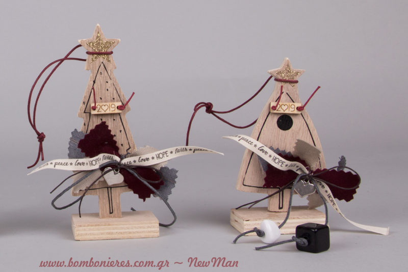 Τα γούρια-χριστουγεννιάτικα δεντράκια έχουν τη δική τους ξύλινη βάση, γεγονός που θα σας διευκολύνει να τα συμπεριλάβετε στον εορταστικό σας στολισμό.