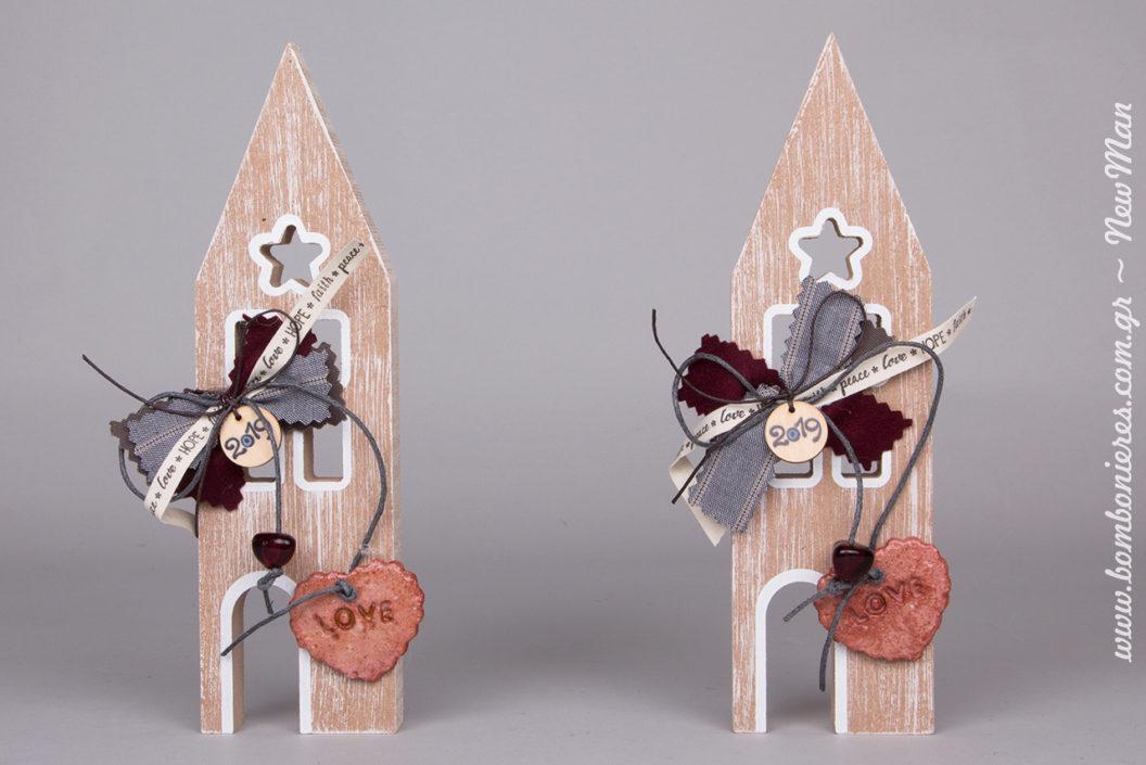 Ξύλινα σπιτάκια γούρια (22cm), διακοσμημένα με υλικά πρώτης ποιότητας (κορδέλες, χάντρες, μοτίφ 2019 κλπ.) που θα κλέψουν καρδιές.