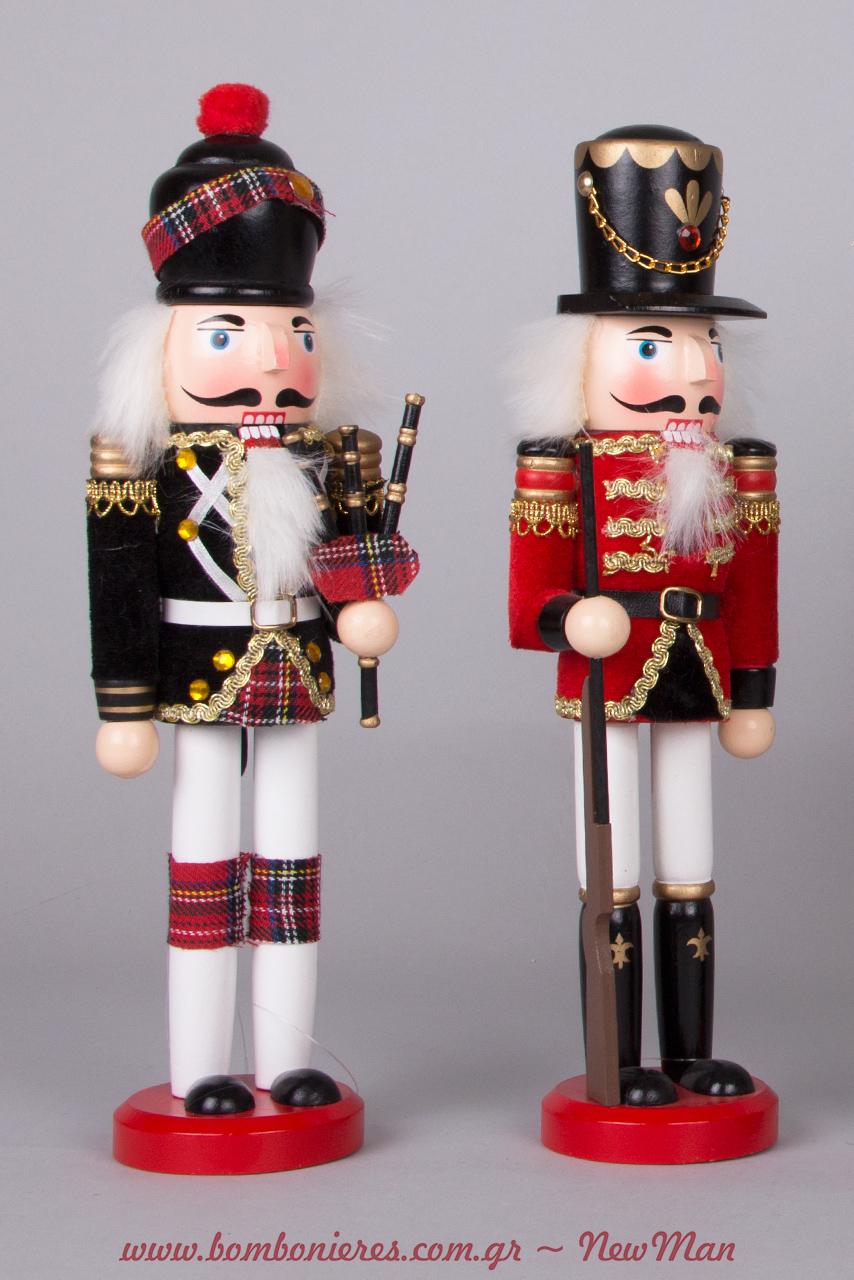 Ξύλινα διακοσμητικά στρατιωτάκια-Καρυθραύστες (30cm) για έναν παραμυθένιο χριστουγεννιάτικο στολισμό.