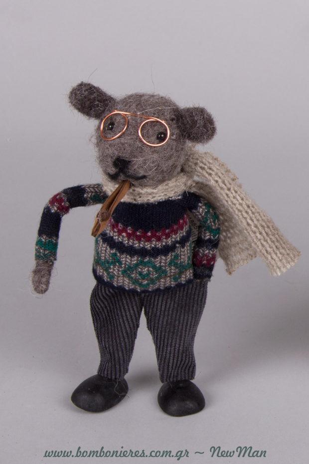 Το αρκουδάκι φοράει γυαλιά, κοτλέ παντελόνι και κασκόλ. Όχι πείτε μας ποιο παιδάκι δεν θα ξετρελαθεί με την παραμυθένια αυτή διακοσμητική φιγούρα.