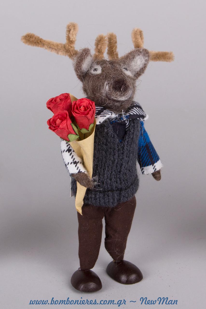 Διακοσμητικός τάρανδος από τσόχα που κρατάει μπουκέτο με τριαντάφυλλα (18cm).