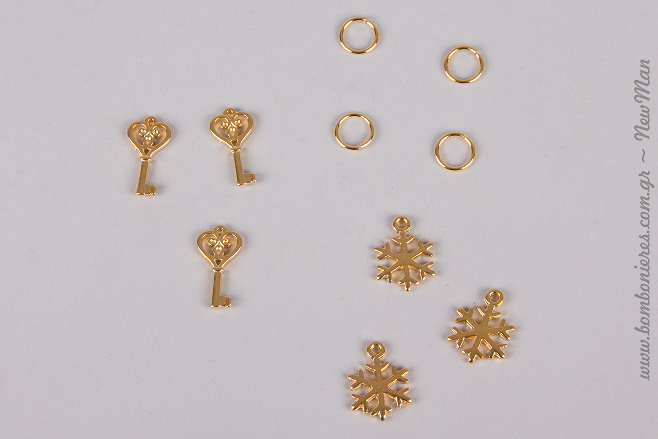 Τα μικρά βυζαντινά κλειδιά (11x 21mm) και οι κρεμαστές χιονονιφάδες (14 x 19mm) διατίθενται σε συσκευασία των 10 τεμαχίων ενώ τα ορειχάλκινα κρικάκια σε συσκευασία των 50.