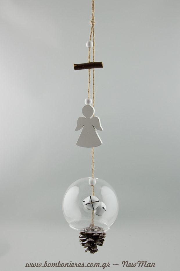 Κρεμαστή διακοσμητική σύνθεση σε γυάλινη καμπάνα, διακοσμημένη με ξύλινο άγγελο των Χριστουγέννων, κουκουνάρι και χάντρες.