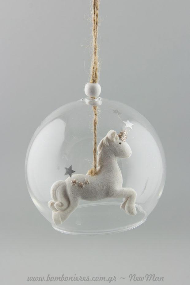 Κρεμαστή γυάλινη καμπάνα με αστέρια και παραμυθένιο μονόκερω για τον στολισμού του χριστουγεννιάτικου δέντρου ή του παιδικού δωματίου.