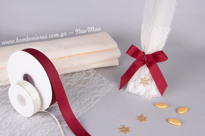 Χειμωνιάτικη εκδοχή της παραδοσιακής τούλινης μπομπονιέρας με πετσετάκι δαντέλας, μεταλλική χιονονιφάδα και κορδέλα γκρο σε βαθυκόκκινη απόχρωση.