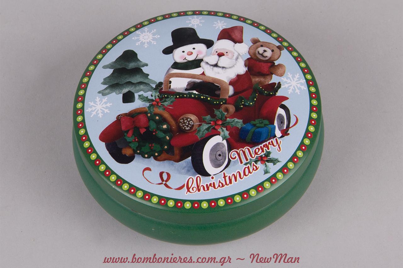 Πράσινο στρογγυλό μεταλλικό κουτί (φ. 11 x 4cm) με Αγ. Βασίλη οδηγό σε αυτοκίνητο, στο οποίο επιβαίνουν επίσης ένας χιονάνθρωπος κι ένα αρκουδάκι.